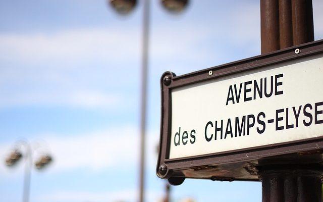 señalización de la Avenida de los Campos Elíseos en París