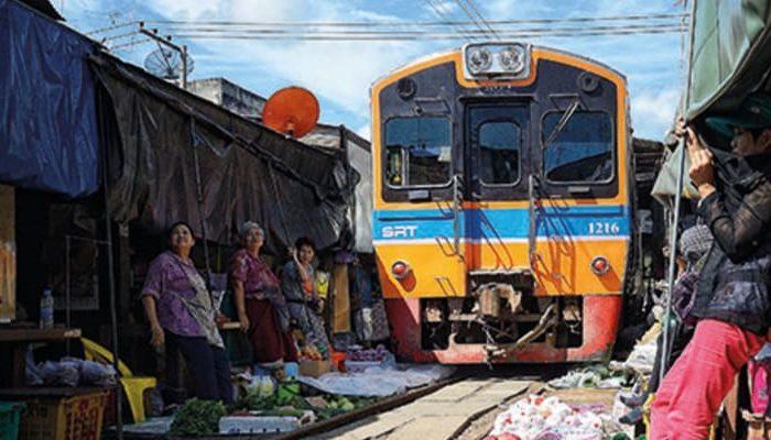 mercado sobre las vías del tren en Bangkok